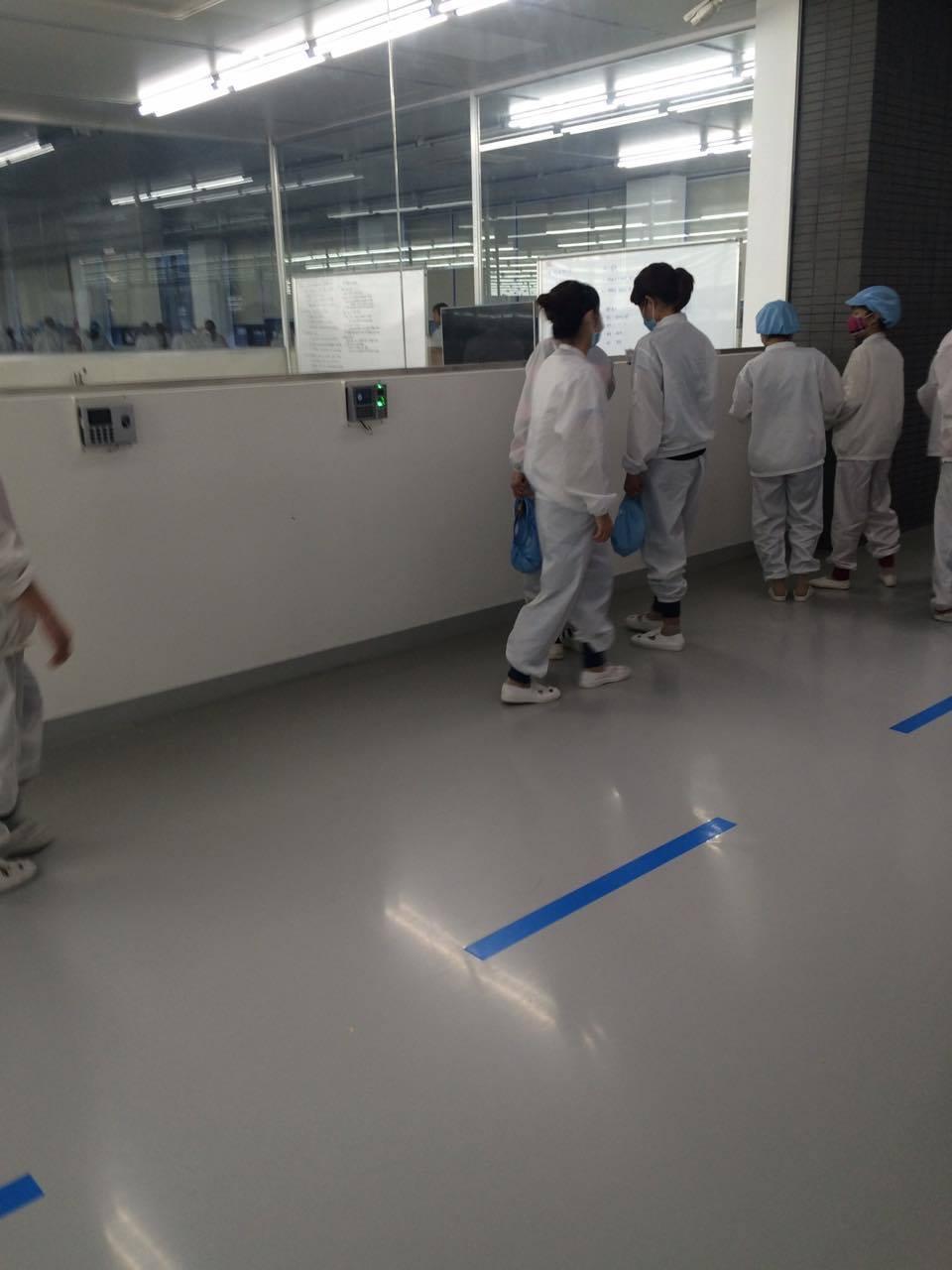 công nhân cít vân tay vào máy chít vân tay